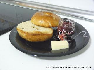 Bagel tostado con mantequilla y mermelada