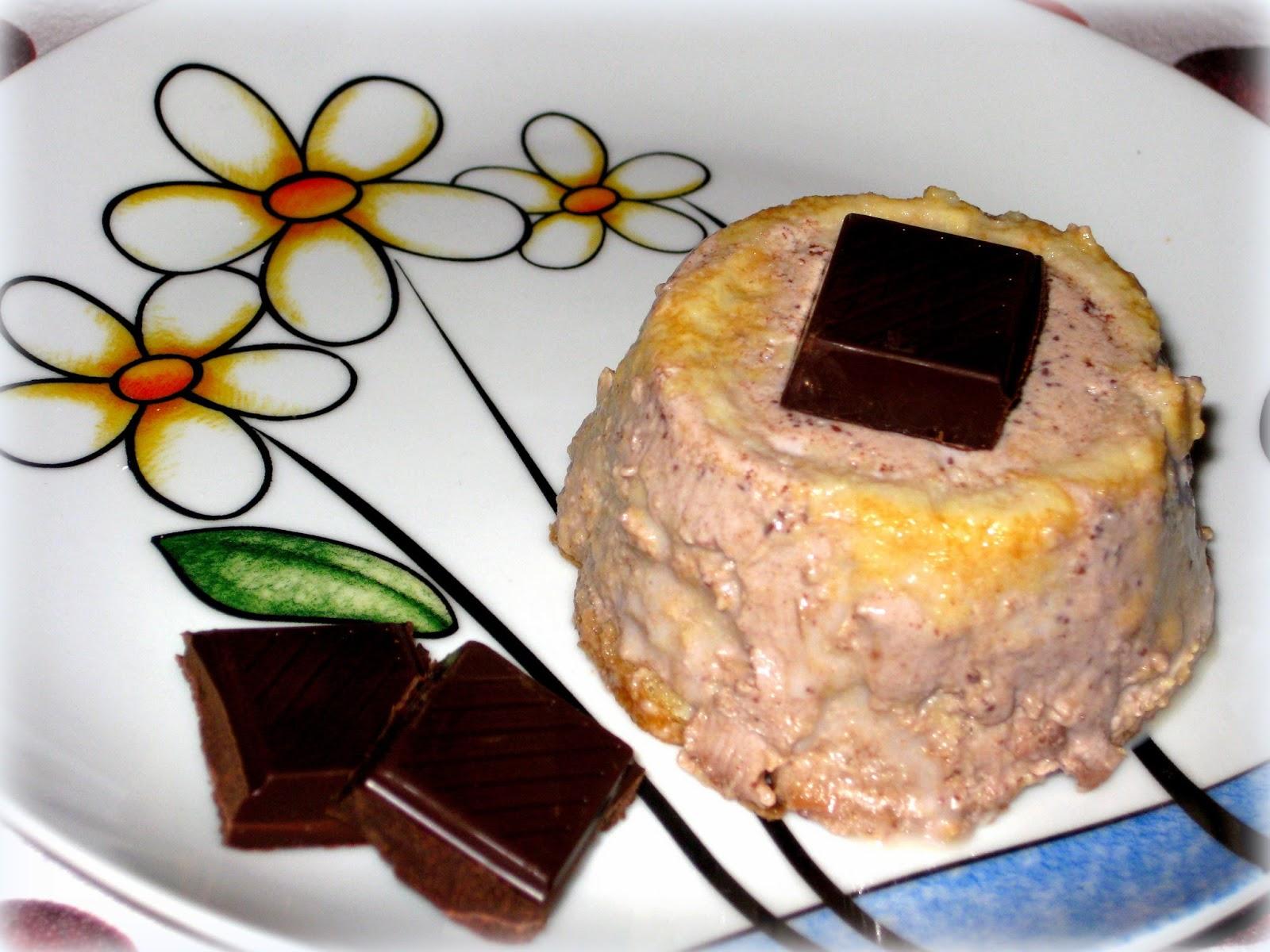 Questa ricetta della panna cotta al cioccolato arricchita con pavesini è un po' speciale oltre che buonissima.