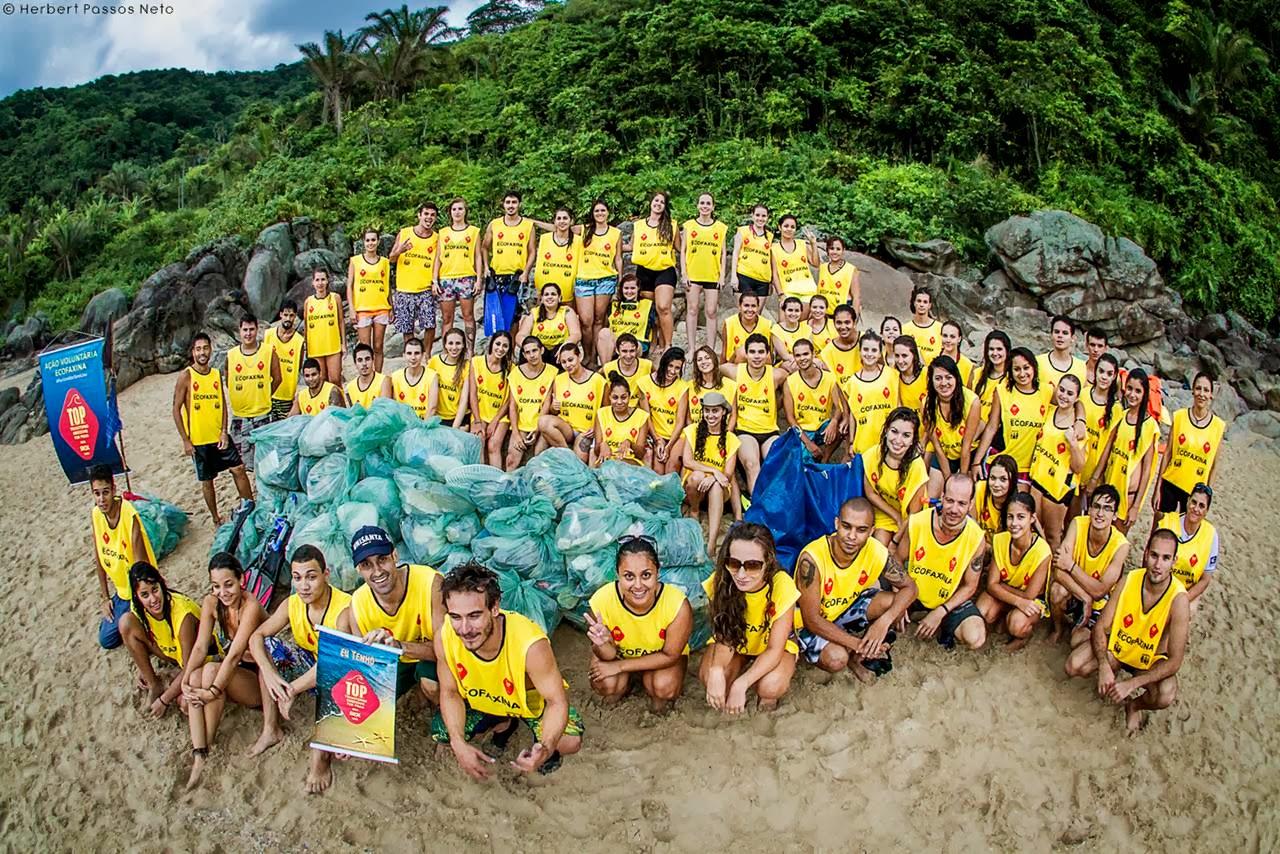 Calouros e veteranos da faculdade de biologia marinha posam para a foto da ação. Crédito: Herbert Passos Neto / Instituto EcoFaxina