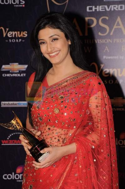 Ragini Khanna With Award In her hands