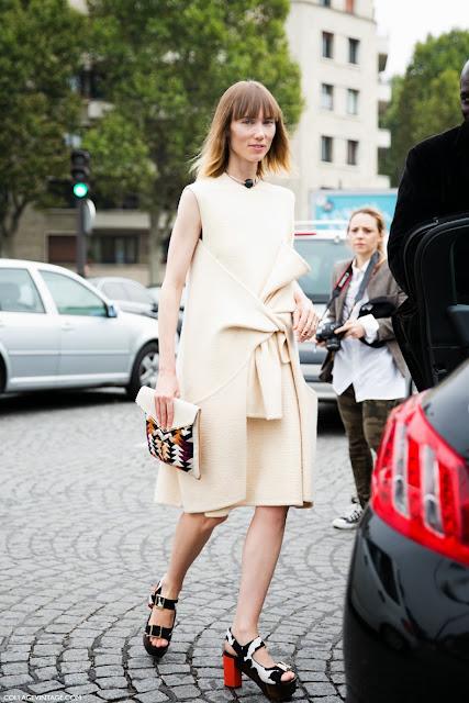 Vestido con mangas en la cintura de Céline FW 2013-2014 Street style Paris fashion week sept 2013