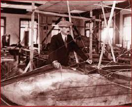 Curtiss en su taller en el diseño de un planeador