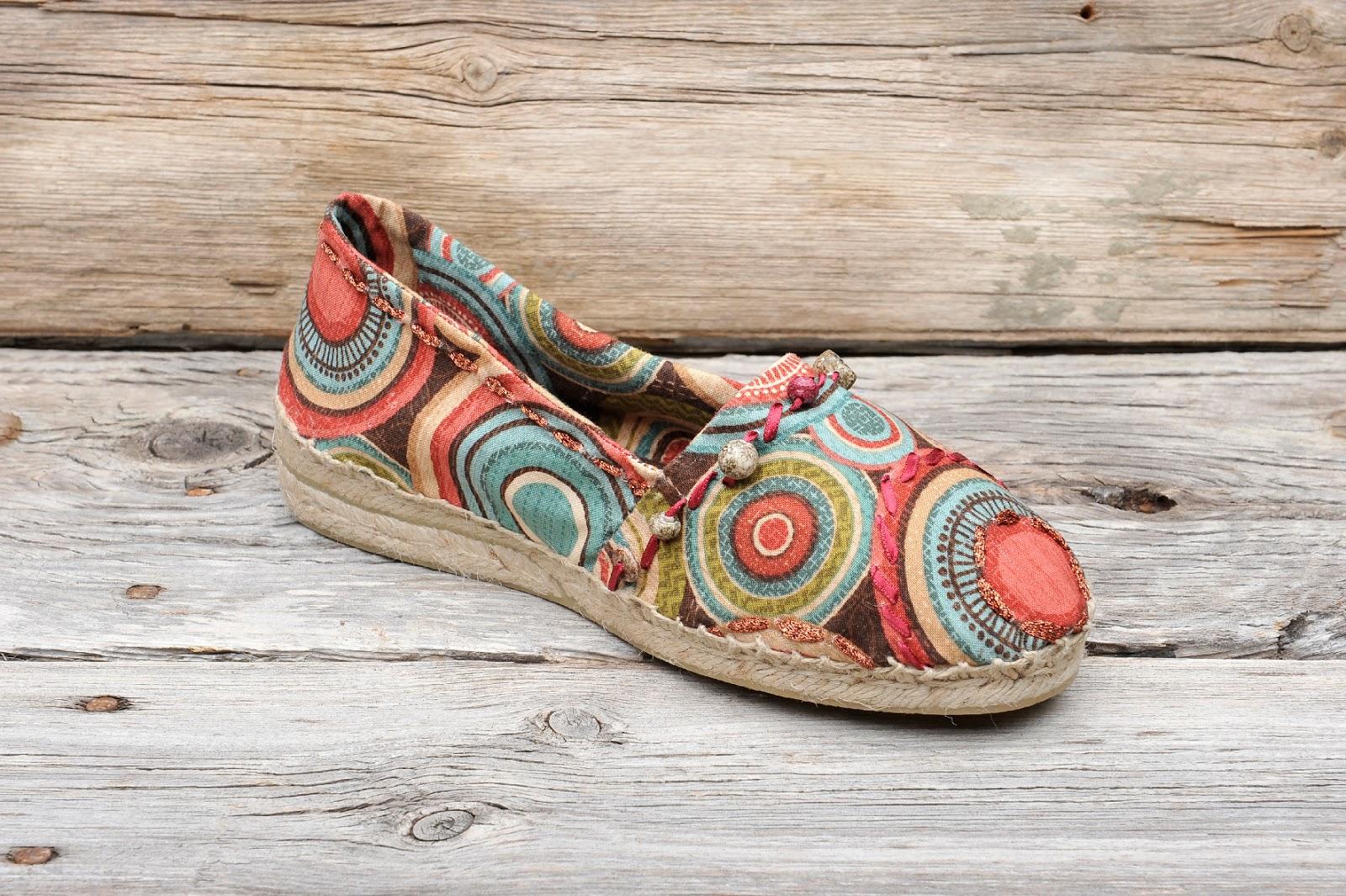 Es un calzado hecho a partir de fibras naturales, como el yute, el algodón, etc. y que llega a nuestros tiempos imponiéndose como última moda.