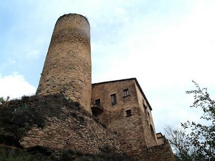 La Torre del Castell de Fals amb la casa annexa