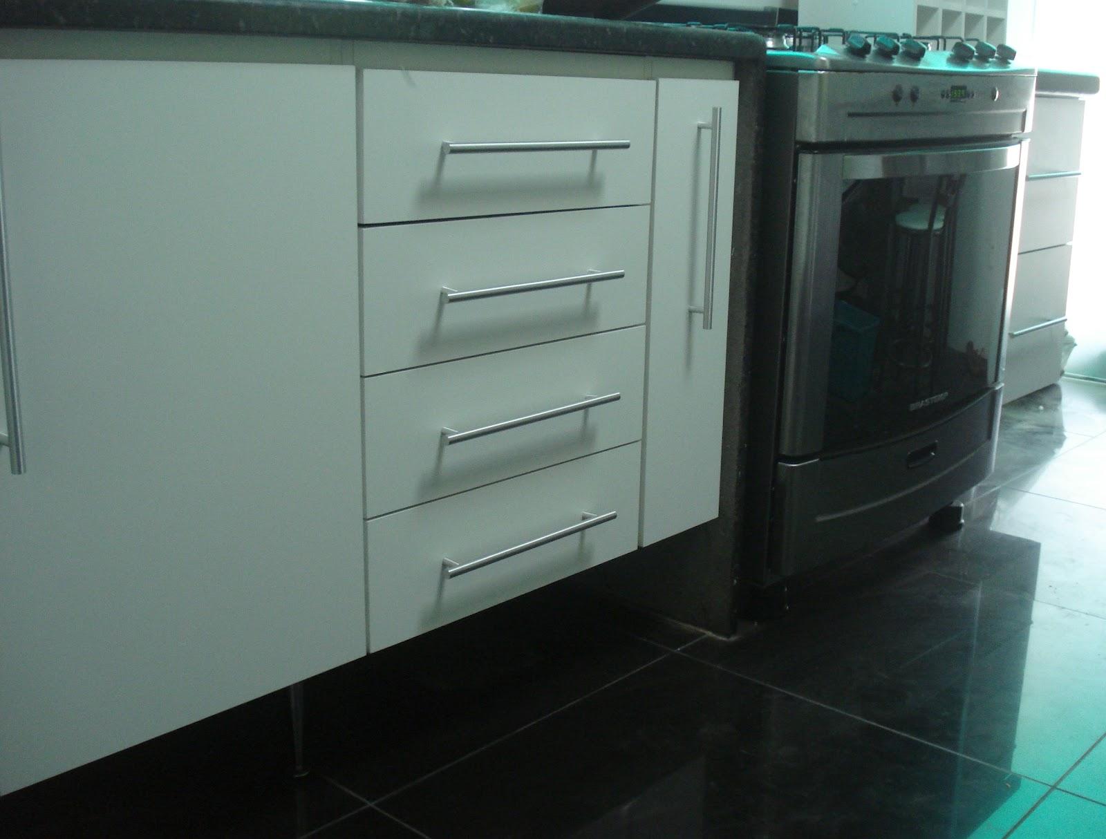 #474359 Lopes Armários Planejados Armário de Cozinha Padrão Branco Porta Curva Puxadores em Perfil  1600x1214 px Armario De Cozinha Em Aluminio #2973 imagens