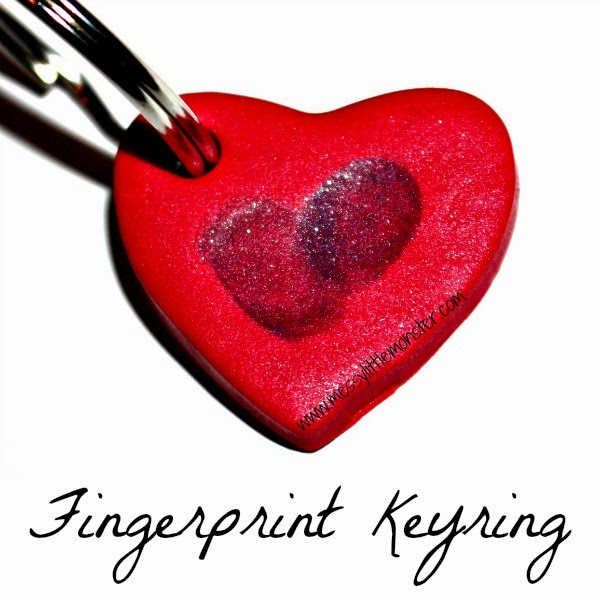 How to make a simple fingerprint keyring keepsake.  The heart shape makes this a perfect Valentines craft. A great keepsake craft  for toddlers, preschoolers.