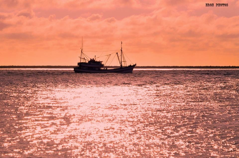 Barco de Pesca Saindo da Barra de Rio Grande