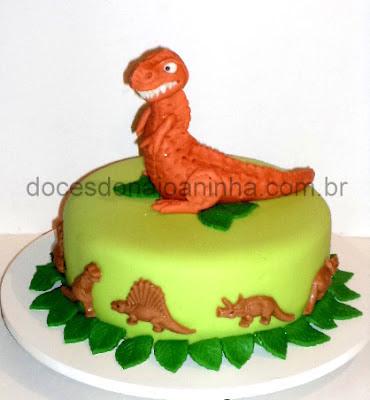 Bolo decorado com Dinossauro feroz miniaturas de dinossauro em chocolate