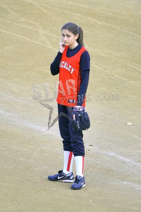 Paris joga softball; Prince e Blanket assistem Tumblr_lxpqr1HrfT1qjv1ldo1_500