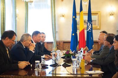 """""""De ce a trebuit ca România să interzică negarea Holocaustului de două ori"""" Foto_presedintie_27_mai_2015%2Bintilnire%2Bevrei"""