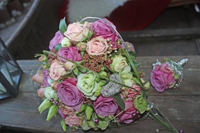 Herzförmiger Brautstrauß in Rosa, Lila, Pink und mit Silberdraht von Passiflori Penzberg - Heart-shaped bridal bouquet in pink