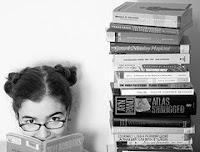 afbeelding van een stapel boeken met daarnaast een vrouw