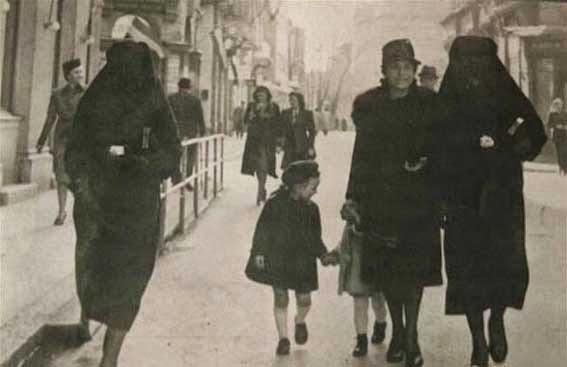 52 photos of women who changed history forever - Muslim covering her Jewish neighbour's yellow star with her veil to protect her from arrest. Sarajevo, former Yugoslavia (1941).
