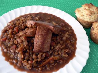 assiete blanche lentilles et saucisses sur table