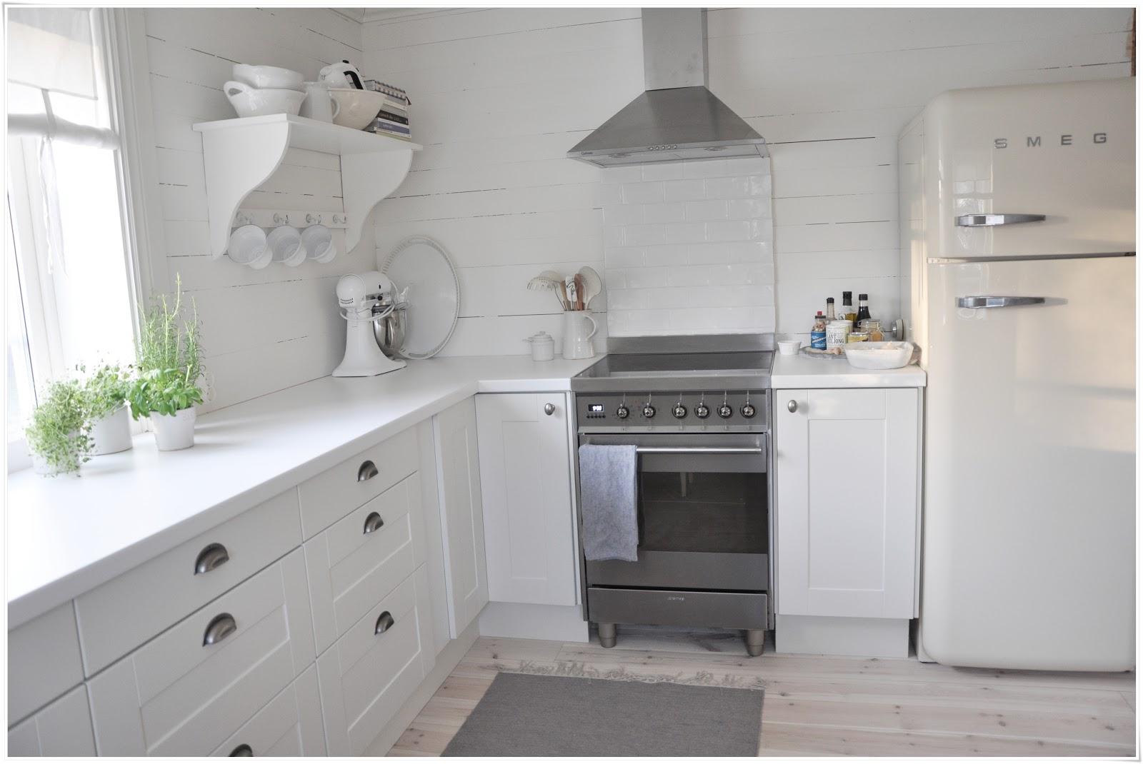 Marias vita bo: hyllor i köket på plats!