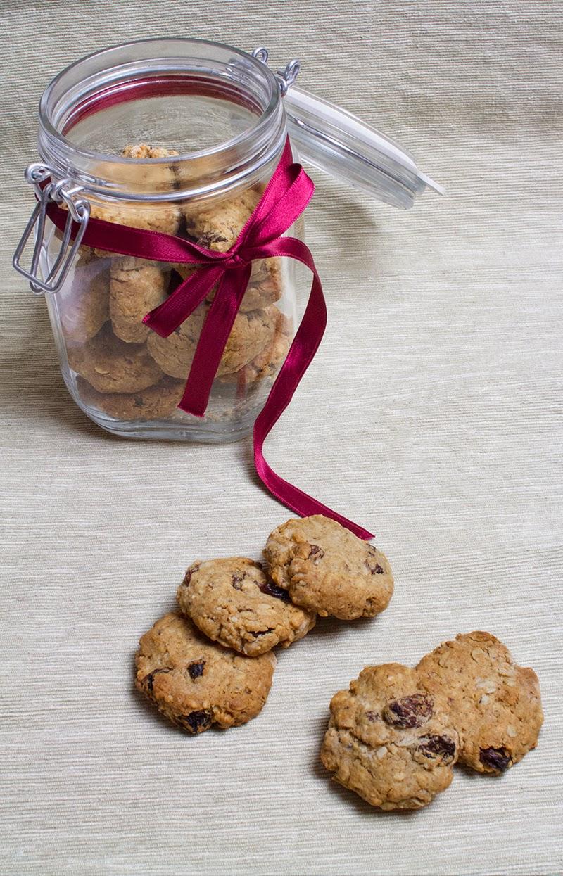 biscotti alle nocciole con uvetta e fiocchi d'avena (ricetta vegana)