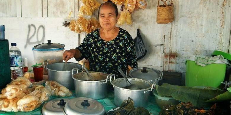 Mak Mantih penjual Nasi Cawuk di Kecamatan Rogojampi, Banyuwangi.