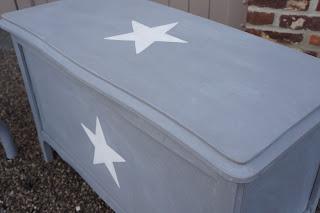 coffre-à-jouets-ancien-patiné-gris-blanchi-étoile-blanche