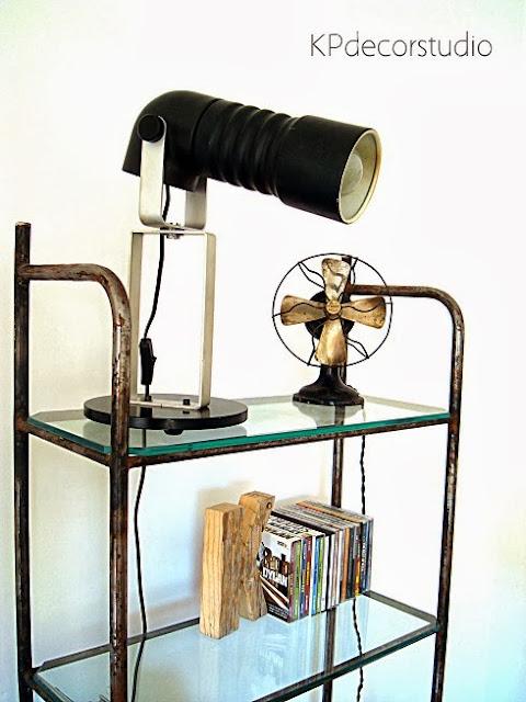 Vitrina vintage estilo industrial. Lámpara original de diseño, moderna de sobremesa