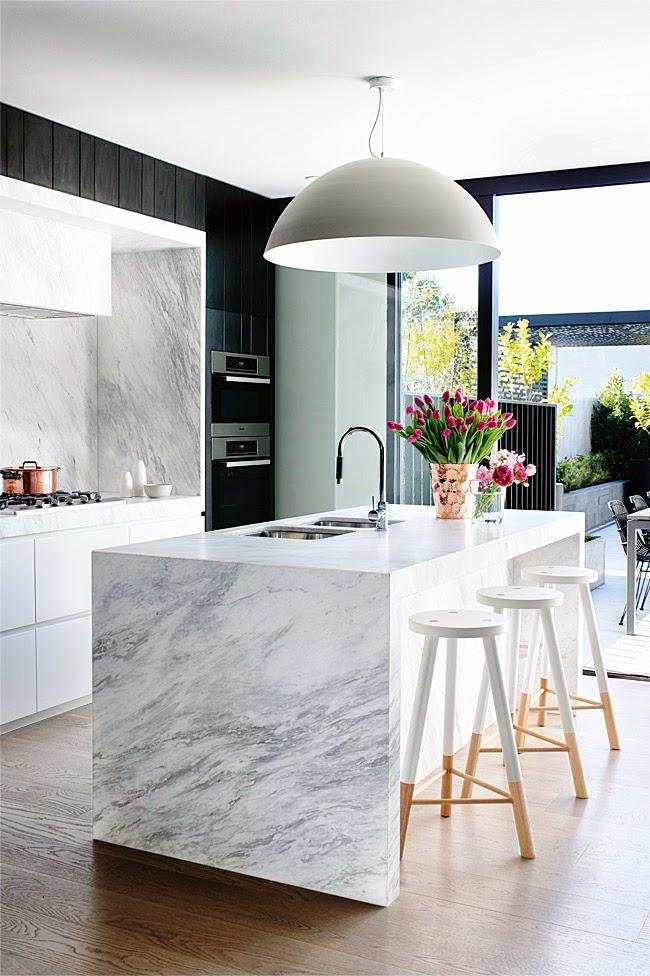 Isla de mármol en la cocina