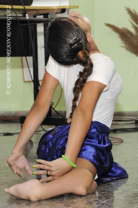 """Un niña de la escuela especial Solidaridad con Panamá, baila durante la presentación ante la prensa del Informe de Cuba sobre la resolución 68/8 de la Asamblea General de la ONU """"Necesidad de poner fin al bloqueo económico, comercial y financiero impuesto por los Estados Unidos de América contra Cuba"""", realizada en ese centro docente especial, en La Habana, el 9 de septiembre de 2014."""