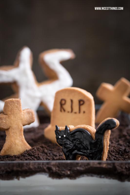 Halloween Dessert Friedhof Nachtisch Tiramisu mit Grab Keksen
