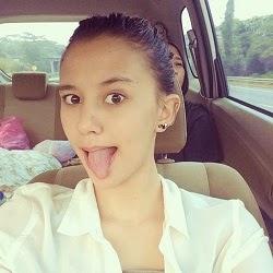 Foto Cewek Cantik di Dalam Mobil
