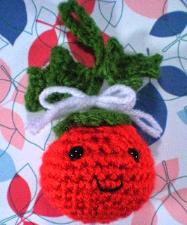 http://translate.google.es/translate?hl=es&sl=en&tl=es&u=http%3A%2F%2Fwww.riotofdaisies.com%2Ffree-patterns%2Fholly-berry-amigurumi-ornament%2F