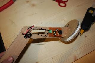 Prinsip dari metal detector ini seperti metal detektor sebenarnya ...