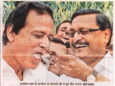हरमोहन धवन के जन्मदिन पर सत्यपाल जैन ने मुंह मीठा कराया | फोटो: चंडीगढ़ भास्कर  [news.satyapaljain.com]