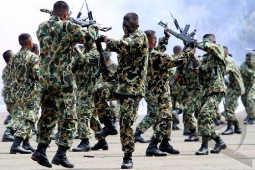 Prajurit Marinir TNI AL melakukan demontrasi perkelahian Sangkur dan Mixed Martial Art Marinir