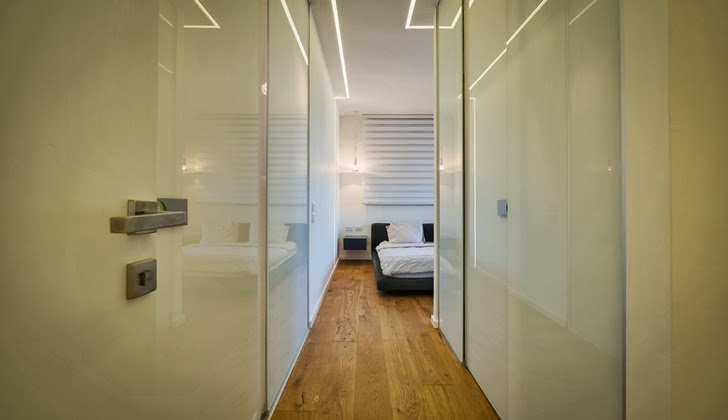 Narrow hallway in the Penthouse Apartment in Ramat HaSharon, Israel