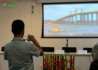 Fotos de Tito Garcez expostas aos presentes no troféu Jornalista Sílvia Oliveira numa apresentação
