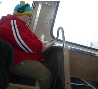 smešna slika: debeljko Putuje javnim prevozom