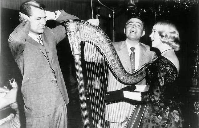 """Cary Grant y James Mason escuchando a Eva Marie Saint tocando el arpa en """"Con la muerte en los talones""""(1959)"""