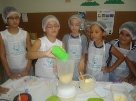 Anny Karollyne colocando a nata para fazer as bolachas.