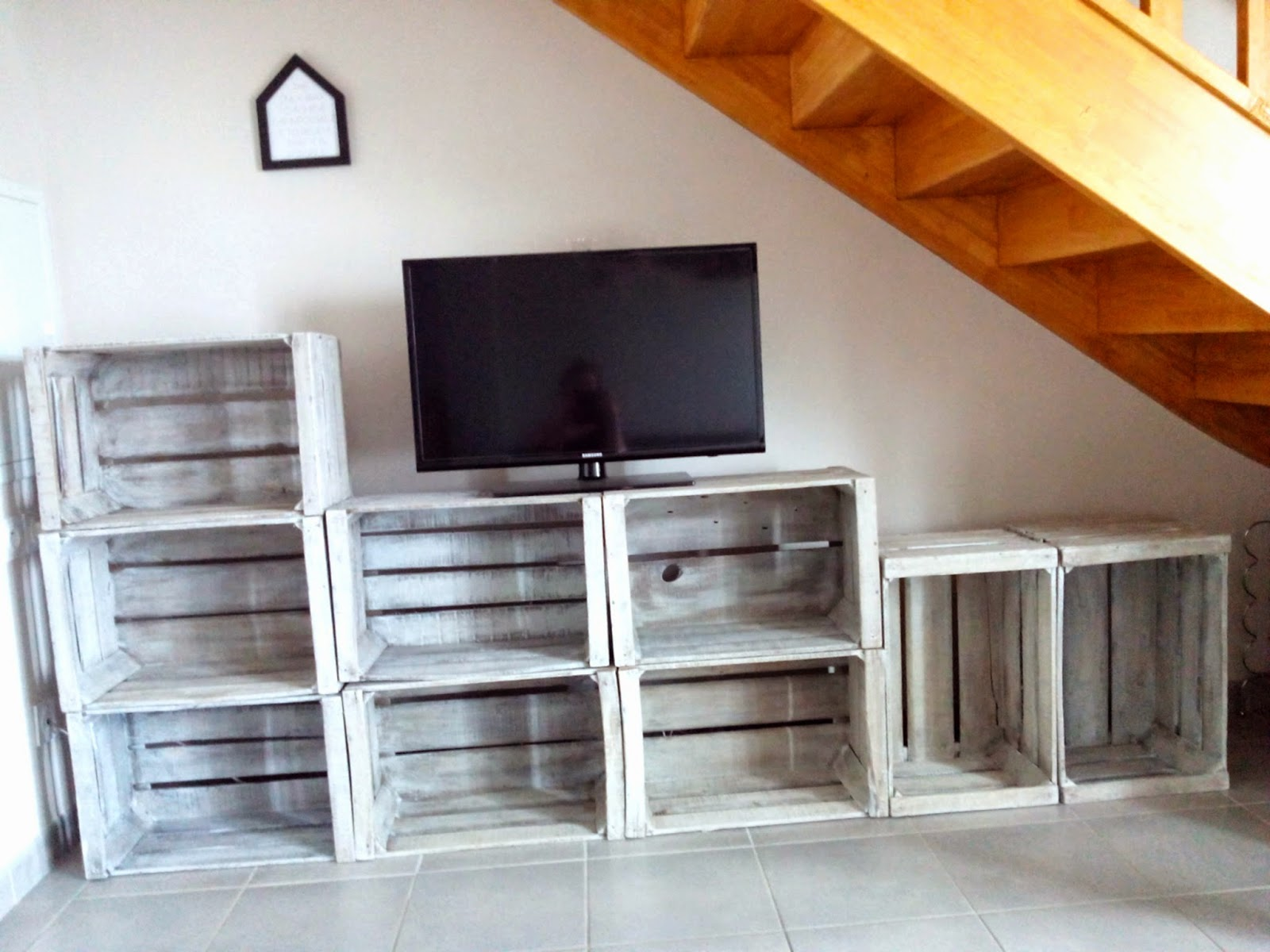 Do it yourself meuble tv avec caisses en bois bull 39 elodie for Meuble tv avec etagere