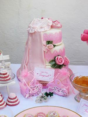 Tarta de fondant para bautizo con faldon y rosas
