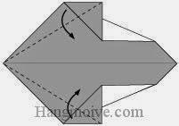 Bước 4: Gấp chéo hai cạnh giấy vào trong.