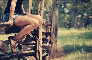 menina sentada campo