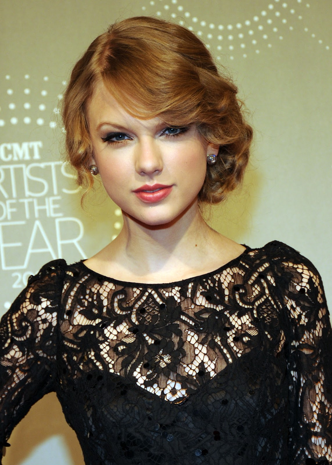 http://2.bp.blogspot.com/-_X84xGka8i0/Tl9U8NYH5wI/AAAAAAAAAZ8/ULgGxe96zVo/s1600/Taylor-Swift-songs-about-lyrics-love-story-hairstyle+%25281%2529.jpg