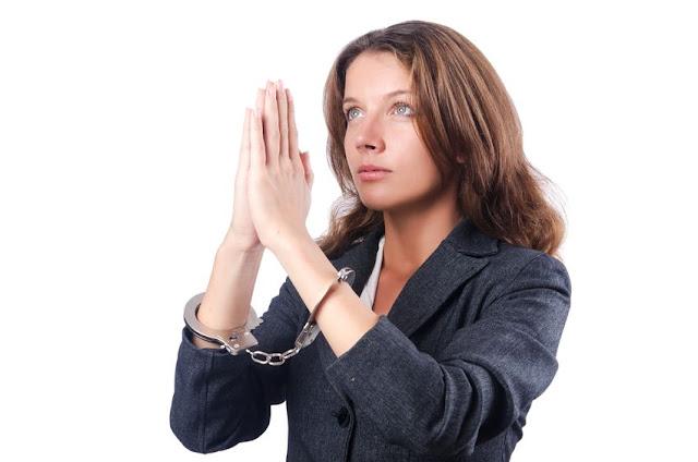 kobieta w kajdankach