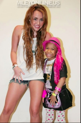 Irrisistible celebrities miley cyrus meet and greet in panama miley cyrus meet and greet in panama m4hsunfo Gallery