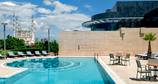 adana-hilton-açık-yüzme-havuzu-resmi