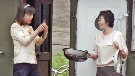 Một phụ nữ Triều Tiên dùng đoại thoại di động chụp ảnh