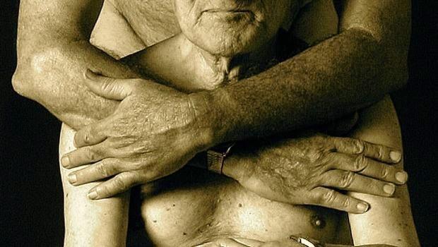Una coppia di anziani omosessuali si abbraccia e coccola