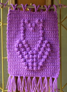 http://translate.google.es/translate?hl=es&sl=en&tl=es&u=http%3A%2F%2Fplanetmfiles.com%2F2011%2F04%2F14%2Ffree-crochet-tulip-wall-hangingdishcloth-pattern%2F