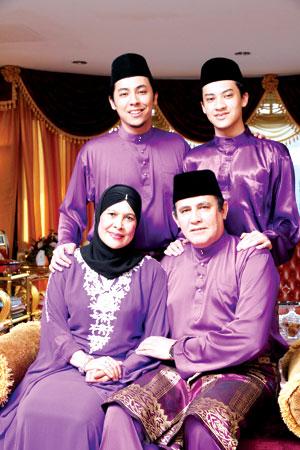 Gambar Yusof Haslam dan Fatimah Ismail bersama dua Anak mereka Syamsul dan Syafiq