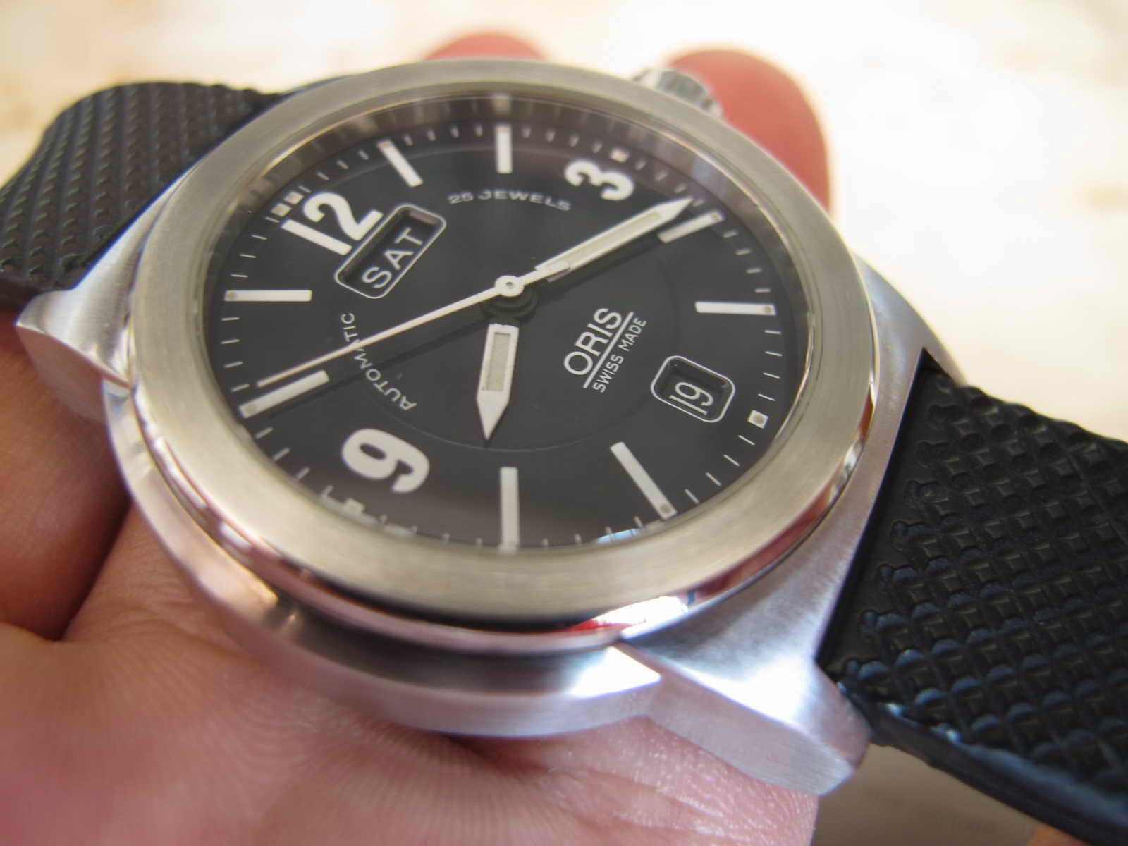 Tebal case 10 mm dan lebar lug 20 mm Cocok untuk Anda yang sedang mencari jam tangan model Simple Swiss made matic high beat ORIS DAY DATE
