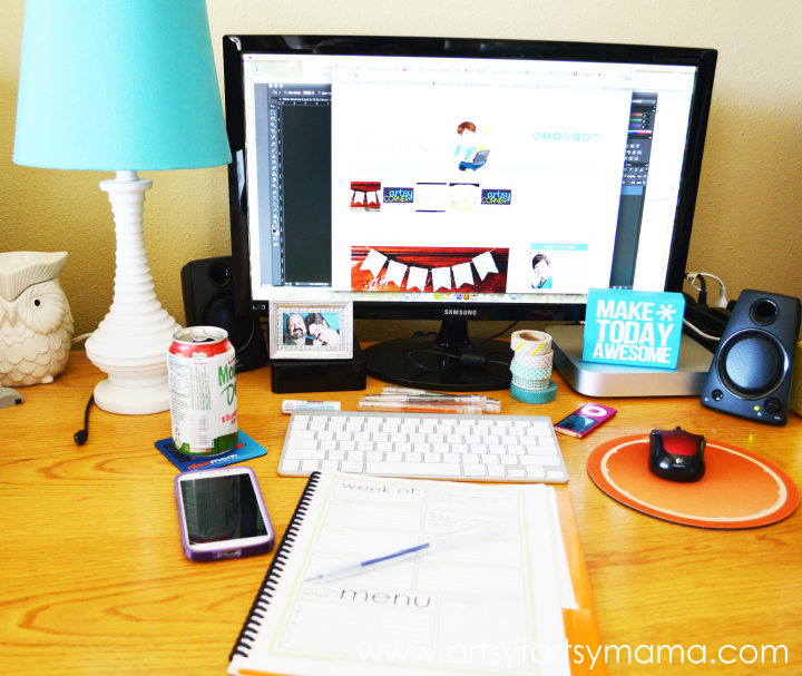 Desk Organization Tips and Tricks: simple spring cleaning and organizing ideas for your workspace #springcleaning #organization #FreshandFab